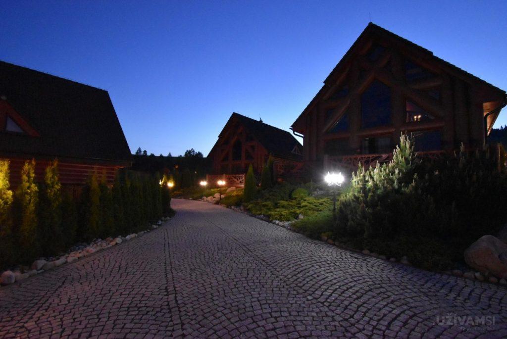Mountain Resort Chalets - večer/noc